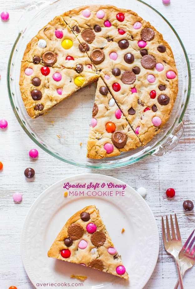 Tarta de galletas M&M suave y masticable cargada: si te gustan las galletas M&M, ¡te encantará esta versión más grande! ¡Súper fácil y siempre un gran éxito!