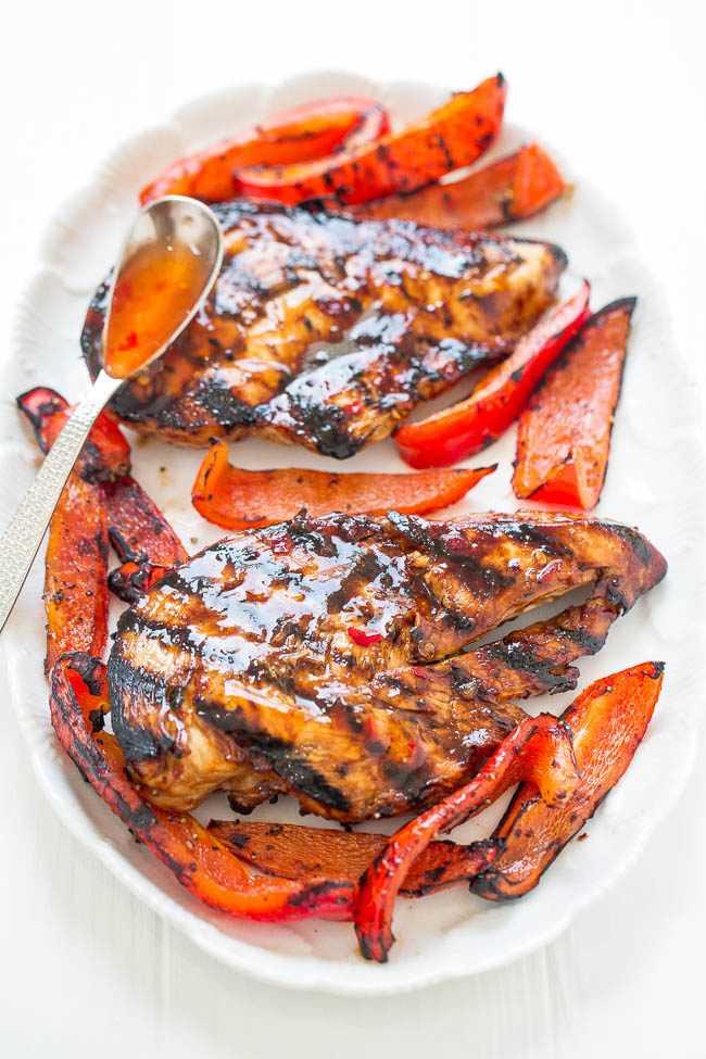 Pollo a la parrilla con chile dulce: tierno, jugoso y lleno de sabor de la salsa de chile dulce. ¡FÁCIL, saludable, listo en 10 minutos, cero limpieza, perfecto para barbacoas en el patio trasero o cenas fáciles durante la noche!