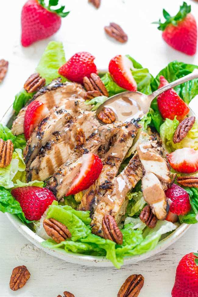 Ensalada de pollo a la parrilla con nueces y fresas con vinagreta de mantequilla de nueces: ¡el pollo es tan jugoso y húmedo gracias a un adobo casero de mantequilla de nueces! ¡Las fresas dulces y las nueces crujientes agregan textura extra y SABOR!