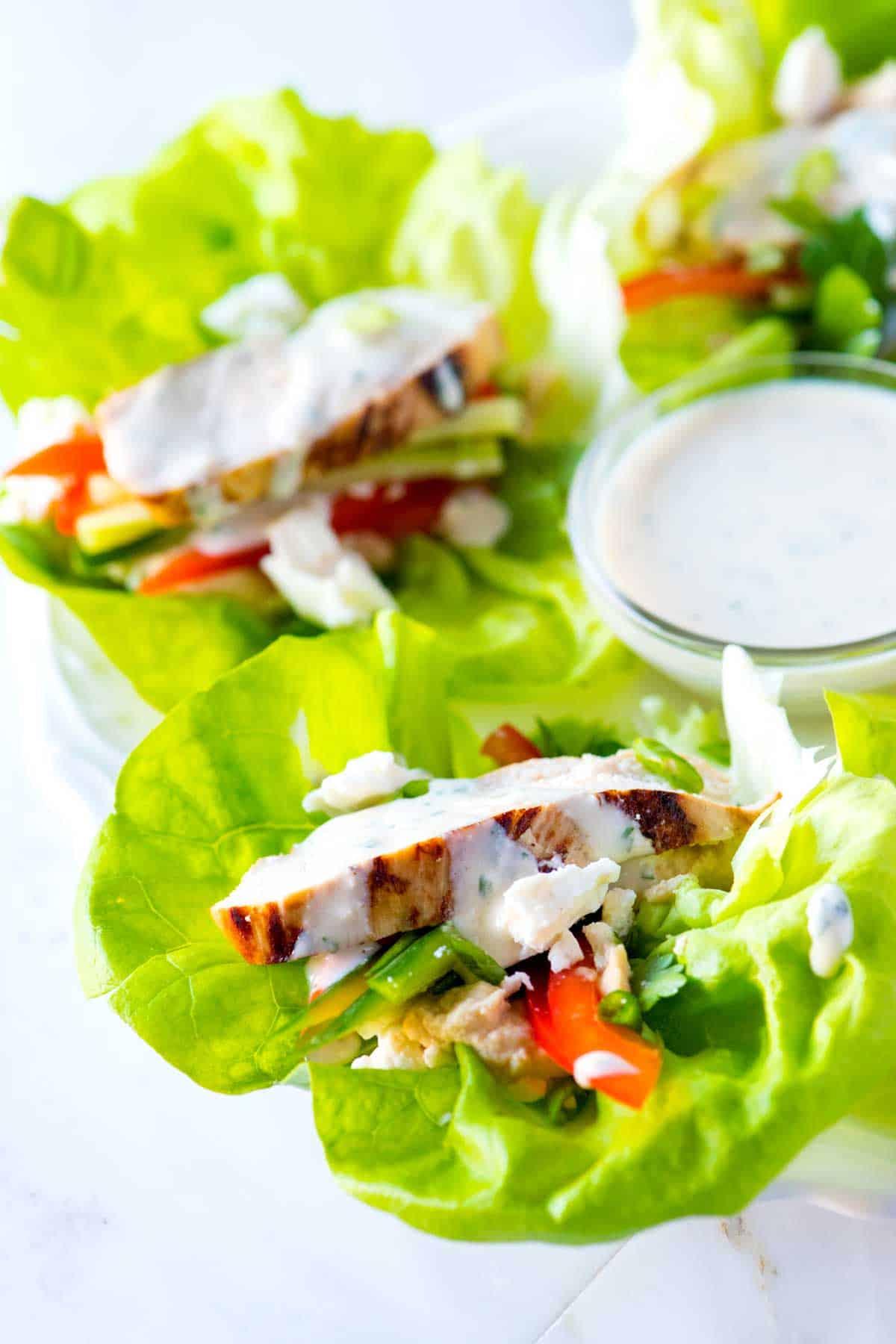 Cómo hacer lechugas saludables con pollo y hummus