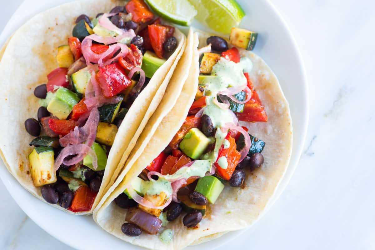 Tacos de verduras asadas con salsa cremosa de cilantro