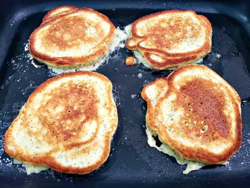 "4 tortas de semillas de amapola de limón que se cocinan en el segundo lado, las tapas doradas ""srcset ="" https://cdn1.zonacooks.com/wp-content/uploads/2019/02/Lemon-Poppy-Seed-Pancakes-Recipe-for-Two- 5.jpg 800w, https://cdn1.zonacooks.com/wp-content/uploads/2019/02/Lemon-Poppy-Seed-Pancakes-Recipe-for-Two-5-500x375.jpg 500w, https: // cdn1.zonacooks.com/wp-content/uploads/2019/02/Lemon-Poppy-Seed-Pancakes-Recipe-for-Two-5-320x240.jpg 320w, https://cdn1.zonacooks.com/wp-content /uploads/2019/02/Lemon-Poppy-Seed-Pancakes-Recipe-for-Two-5-480x360.jpg 480w, https://cdn1.zonacooks.com/wp-content/uploads/2019/02/Lemon- Poppy-Seed-Pancakes-Recipe-for-Two-5-720x540.jpg 720w, https://cdn1.zonacooks.com/wp-content/uploads/2019/02/Lemon-Poppy-Seed-Pancakes-Recipe-for -Two-5-735x551.jpg 735w ""tamaños ="" (ancho máximo: 800px) 100vw, 800px"