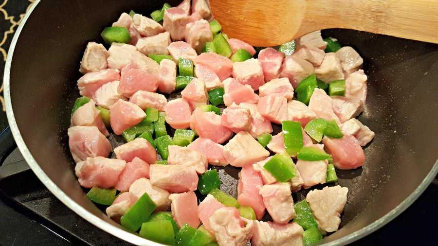 """Receita de pita italiana para dois: adicione pimenta verde e carne à frigideira """"srcset ="""" https://cdn1.zonacooks.com/wp-content/uploads/2017/07/Italian-Pita-Pockets-Recipe-for - Dois-1.jpg 900w, https://cdn1.zonacooks.com/wp-content/uploads/2017/07/Italian-Pita-Pockets-Recipe-for-Two-1-500x281.jpg 500w """"tamanhos ="""" (largura máxima: 900 px) 100vw, 900 px"""