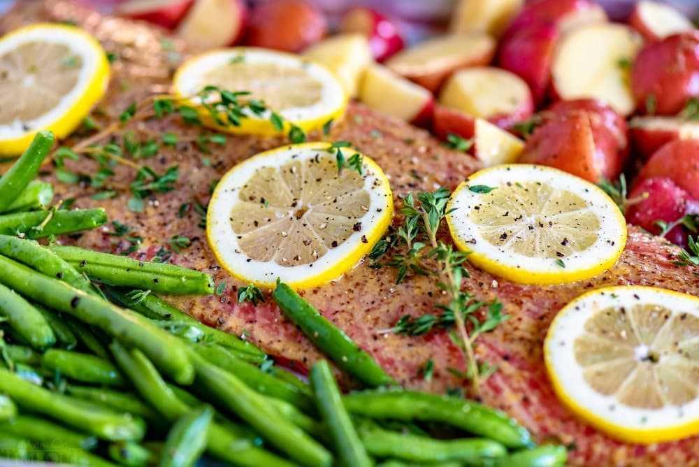 salmón al horno glaseado de miel dijon con judías verdes y papas rojas en una sartén