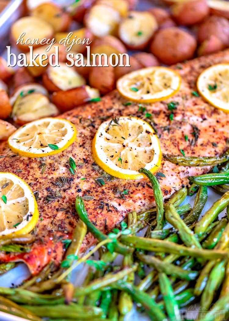 receta de salmón al horno en una sartén con judías verdes y papas