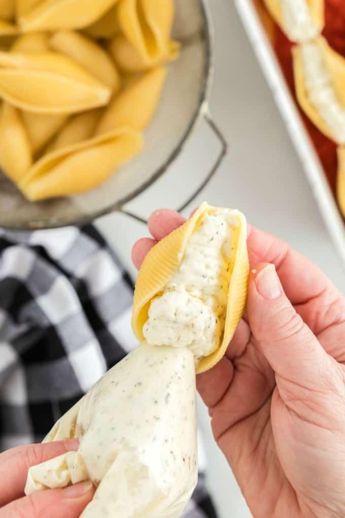 Cómo rellenar conchas de pasta