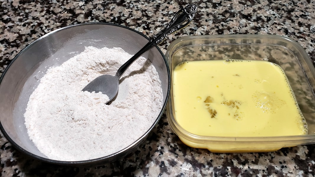 mistura de farinha em uma tigela e mistura de ovos em uma segunda tigela