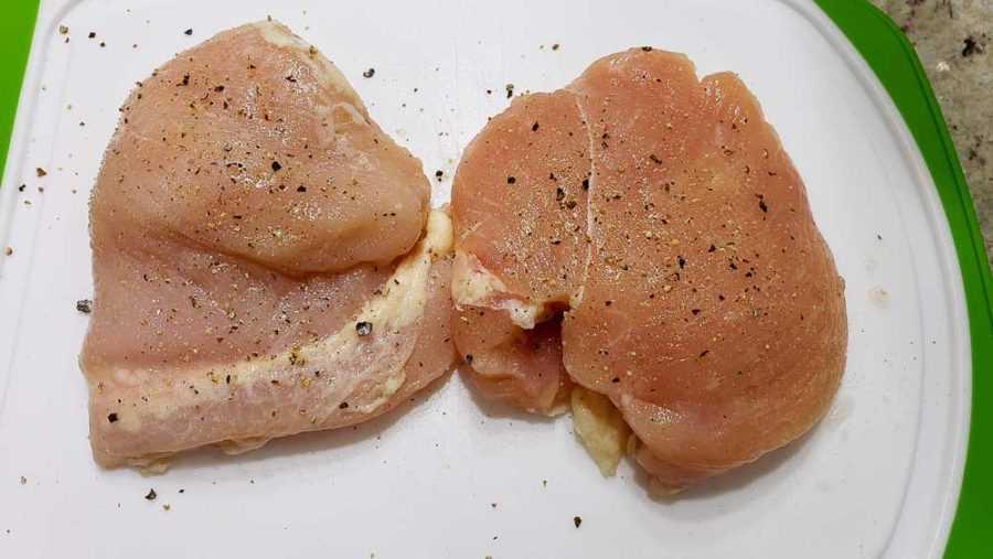 "sal y pimienta en dos filetes de pollo ""srcset ="" https://cdn1.zonacooks.com/wp-content/uploads/2020/02/Chicken-Strawberry-Salad-and-Poppy-Seed-Dressing-Dinner-for-Two -1-900x507.jpg 900w, https://cdn1.zonacooks.com/wp-content/uploads/2020/02/Chicken-Strawberry-Salad-and-Poppy-Seed-Dressing-Dinner-for-Two-1- 500x282.jpg 500w, https://cdn1.zonacooks.com/wp-content/uploads/2020/02/Chicken-Strawberry-Salad-and-Poppy-Seed-Dressing-Dinner-for-Two-1-768x432.jpg 768w, https://cdn1.zonacooks.com/wp-content/uploads/2020/02/Chicken-Strawberry-Salad-and-Poppy-Seed-Dressing-Dinner-for-Two-1-320x180.jpg 320w, https : //cdn1.zonacooks.com/wp-content/uploads/2020/02/Chicken-Strawberry-Salad-and-Poppy-Seed-Dressing-Dinner-for-Two-1-480x270.jpg 480w, https: // cdn1.zonacooks.com/wp-content/uploads/2020/02/Chicken-Strawberry-Salad-and-Poppy-Seed-Dressing-Dinner-for-Two-1-720x405.jpg 720w, https: //cdn1.zonacooks .com / wp-content / uploads / 2020/02 / Chicken-Strawberry-Salad-and-Poppy-Seed-Seed-Seed-Dressing-for-Two-1-735x4 14.jpg 735w, https://cdn1.zonacooks.com/wp-content/uploads/2020/02/Chicken-Strawberry-Salad-and-Poppy-Seed-Dressing-Dinner-for-Two-1.jpg 1000w "" tamaños = ""(ancho máximo: 900 px) 100vw, 900 px"