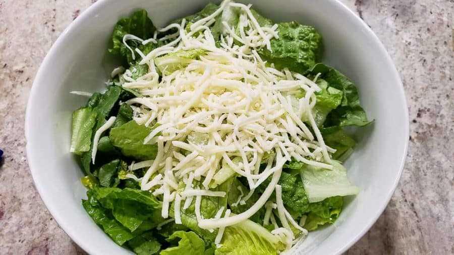 "mozzarella rallada espolvoreada sobre lechuga romana ""srcset ="" https://cdn1.zonacooks.com/wp-content/uploads/2020/02/Chicken-Strawberry-Salad-and-Poppy-Seed-Dressing-Dinner-for-Two- 4-900x507.jpg 900w, https://cdn1.zonacooks.com/wp-content/uploads/2020/02/Chicken-Strawberry-Salad-and-Poppy-Seed-Dressing-Dinner-for-Two-4-500x282 .jpg 500w, https://cdn1.zonacooks.com/wp-content/uploads/2020/02/Chicken-Strawberry-Salad-and-Poppy-Seed-Dressing-Dinner-for-Two-4-768x432.jpg 768w , https://cdn1.zonacooks.com/wp-content/uploads/2020/02/Chicken-Strawberry-Salad-and-Poppy-Seed-Dressing-Dinner-for-Two-4-320x180.jpg 320w, https: //cdn1.zonacooks.com/wp-content/uploads/2020/02/Chicken-Strawberry-Salad-and-Poppy-Seed-Dressing-Dinner-for-Two-4-480x270.jpg 480w, https: // cdn1 .zonacooks.com / wp-content / uploads / 2020/02 / Chicken-Strawberry-Salad-and-Poppy-Seed-Seed-Seed-Dressing-Dinner-for-Two-4-720x405.jpg 720w, https: //cdn1.zonacooks. com / wp-content / uploads / 2020/02 / Chicken-Strawberry-Salad-and-Poppy-Seed-Seed-Seed-Dressing-Dinner-fo r-Two-4-735x414.jpg 735w, https://cdn1.zonacooks.com/wp-content/uploads/2020/02/Chicken-Strawberry-Salad-and-Poppy-Seed-Dressing-Dinner-for-Two -4.jpg 1000w ""tamaños ="" (ancho máximo: 900px) 100vw, 900px"