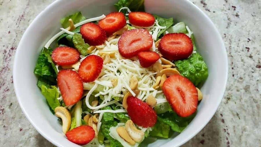 "rodajas de fresa espolvoreadas sobre anacardos ""srcset ="" https://cdn1.zonacooks.com/wp-content/uploads/2020/02/Chicken-Strawberry-Salad-and-Poppy-Seed-Dressing-Dinner-for-Two-6 -900x507.jpg 900w, https://cdn1.zonacooks.com/wp-content/uploads/2020/02/Chicken-Strawberry-Salad-and-Poppy-Seed-Dressing-Dinner-for-Two-6-500x282. jpg 500w, https://cdn1.zonacooks.com/wp-content/uploads/2020/02/Chicken-Strawberry-Salad-and-Poppy-Seed-Dressing-Dinner-for-Two-6-768x432.jpg 768w, https://cdn1.zonacooks.com/wp-content/uploads/2020/02/Chicken-Strawberry-Salad-and-Poppy-Seed-Dressing-Dinner-for-Two-6-320x180.jpg 320w, https: / /cdn1.zonacooks.com/wp-content/uploads/2020/02/Chicken-Strawberry-Salad-and-Poppy-Seed-Dressing-Dinner-for-Two-6-480x270.jpg 480w, https: // cdn1. zonacooks.com/wp-content/uploads/2020/02/Chicken-Strawberry-Salad-and-Poppy-Seed-Dressing-Dinner-for-Two-6-720x405.jpg 720w, https://cdn1.zonacooks.com / wp-content / uploads / 2020/02 / Chicken-Strawberry-Salad-and-Poppy-Seed-Seed-Seed-Dressing-For-Two-6-73 5x414.jpg 735w, https://cdn1.zonacooks.com/wp-content/uploads/2020/02/Chicken-Strawberry-Salad-and-Poppy-Seed-Dressing-Dinner-for-Two-6.jpg 1000w "" tamaños = ""(ancho máximo: 900 px) 100vw, 900 px"