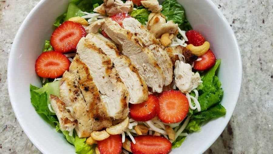 "pollo a la parrilla en capas sobre fresas ""srcset ="" https://cdn1.zonacooks.com/wp-content/uploads/2020/02/Chicken-Strawberry-Salad-and-Poppy-Seed-Dressing-Dinner-for-Two -9-900x507.jpg 900w, https://cdn1.zonacooks.com/wp-content/uploads/2020/02/Chicken-Strawberry-Salad-and-Poppy-Seed-Dressing-Dinner-for-Two-9- 500x282.jpg 500w, https://cdn1.zonacooks.com/wp-content/uploads/2020/02/Chicken-Strawberry-Salad-and-Poppy-Seed-Dressing-Dinner-for-Two-9-768x432.jpg 768w, https://cdn1.zonacooks.com/wp-content/uploads/2020/02/Chicken-Strawberry-Salad-and-Poppy-Seed-Dressing-Dinner-for-Two-9-320x180.jpg 320w, https : //cdn1.zonacooks.com/wp-content/uploads/2020/02/Chicken-Strawberry-Salad-and-Poppy-Seed-Dressing-Dinner-for-Two-9-480x270.jpg 480w, https: // cdn1.zonacooks.com/wp-content/uploads/2020/02/Chicken-Strawberry-Salad-and-Poppy-Seed-Dressing-Dinner-for-Two-9-720x405.jpg 720w, https: //cdn1.zonacooks .com / wp-content / uploads / 2020/02 / Chicken-Strawberry-Salad-and-Poppy-Seed-Seed-Dressing-Dinner-for-Tw o-9-735x414.jpg 735w, https://cdn1.zonacooks.com/wp-content/uploads/2020/02/Chicken-Strawberry-Salad-and-Poppy-Seed-Dressing-Dinner-for-Two-9 .jpg 1000w ""tamaños ="" (ancho máximo: 900px) 100vw, 900px"