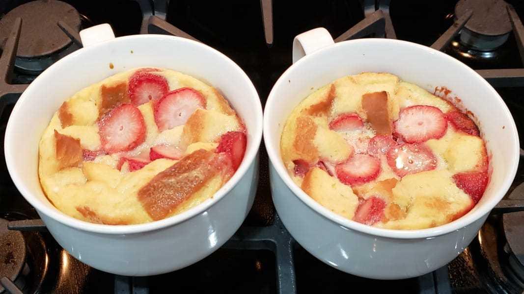 """pudim de pão cozido em duas placas """"srcset ="""" https://juegoscocinarpasteleria.org/wp-content/uploads/2020/02/1582835045_381_Receta-de-pudin-de-pan-con-fresas-y-crema-para.jpg 1067w, https://cdn1.zonacooks.com/wp-content/uploads/2018/08/Strawberries-and-Cream-Bread-Pudding-Recipe-for-Two-6-500x281.jpg 500w """"tamanhos ="""" (máx. - largura: 1067px) 100vw, 1067px"""