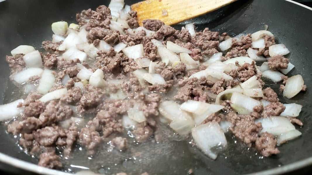 carne moída e cebola cozinhar em uma panela