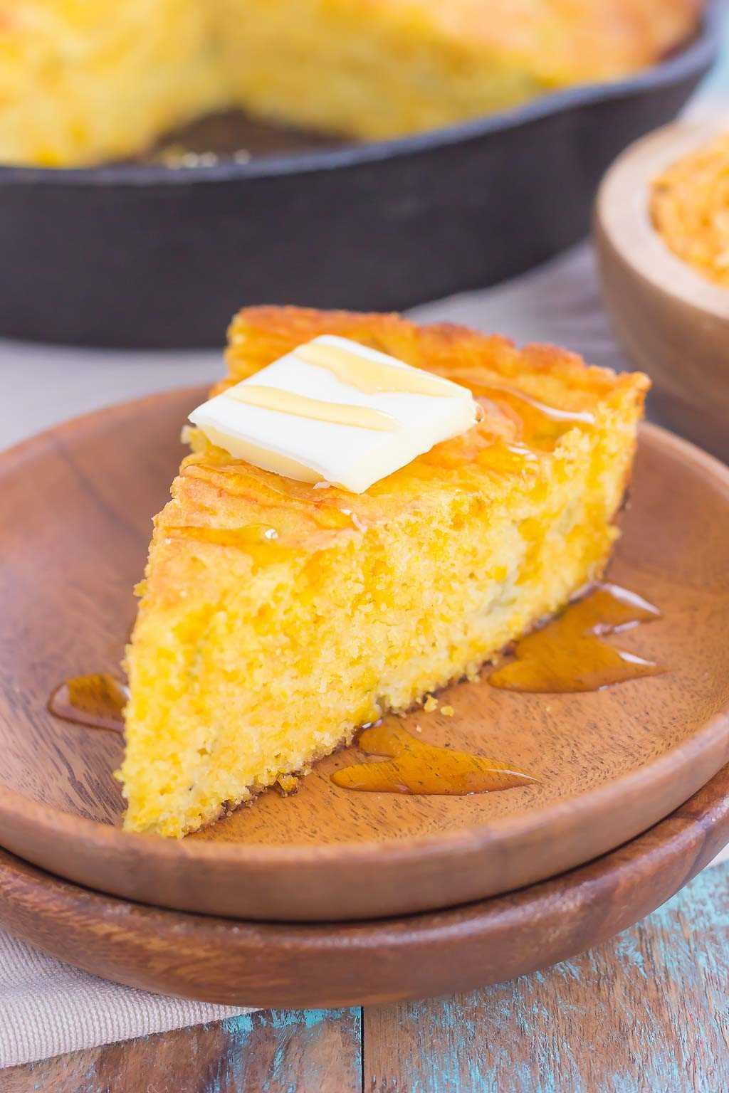 Este Southbill Skillet Cornbread é a combinação perfeita de doce e picante que será um favorito nos próximos anos. Carregado com queijo cheddar, pimentões verdes e creme enlatado, este pão de milho fácil assa úmido, macio e cheio de sabor!