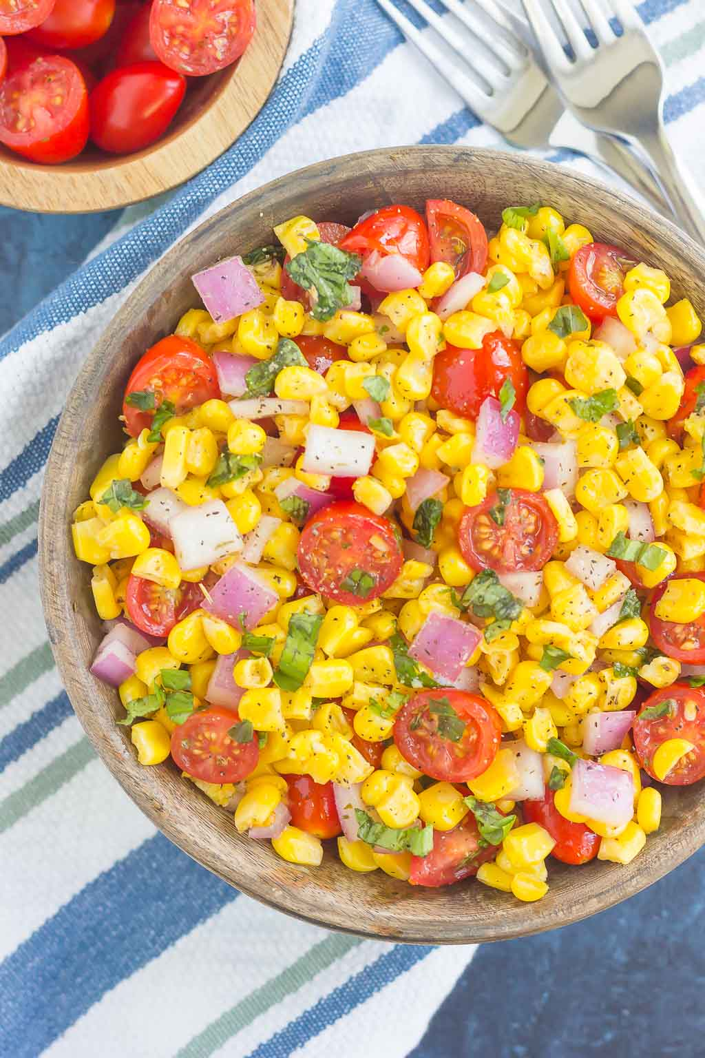 With fresh corn cut straight from the cob, cherry tomatoes, spices and a light dressing, this corn and tomato salad is perfect for a summer lunch or dinner!