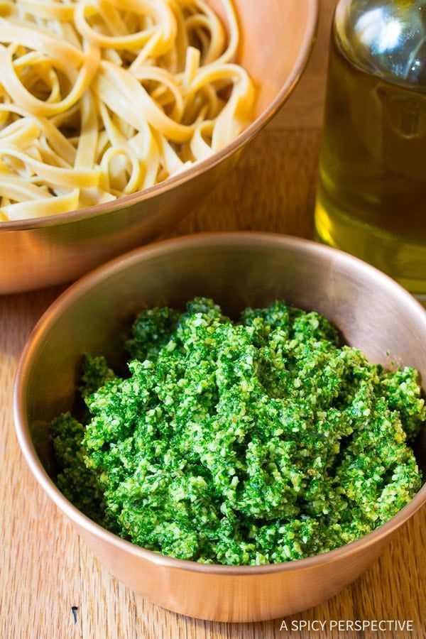 Pesto de couve em 5 minutos Receita de 5 minutos em ASpicyPerspective.com #paleo #glutenfree #vegan
