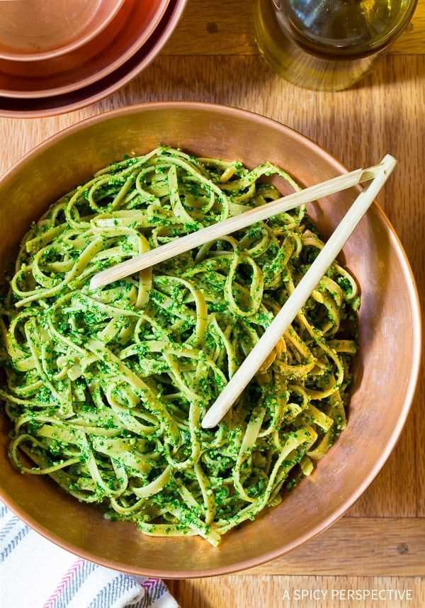 Receita deliciosa de pesto de couve saudável de 5 minutos e 5 ingredientes na ASpicyPerspective.com #paleo #glutenfree #vegan