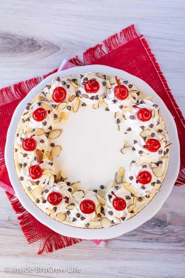 Pastel de queso con almendras y cerezas: este pastel de queso cremoso con almendras está salpicado de cerezas y chispas de chocolate y se ve tan impresionante. Receta fácil de hacer para vacaciones o eventos. #cheesecake #almendra # cereza #chocolatechip #valentinesday #holidaydessert #Navidad