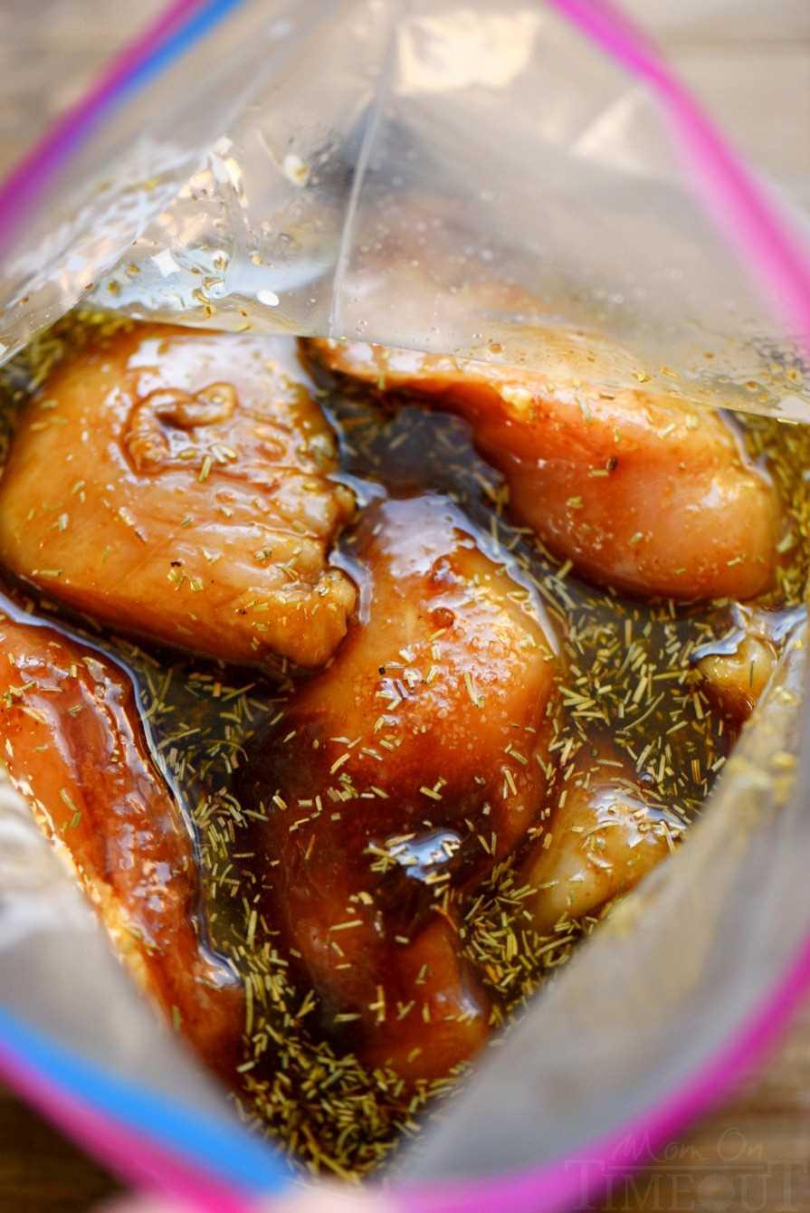 la mejor receta de adobo de pollo para agregar al pollo en una bolsa ziploc