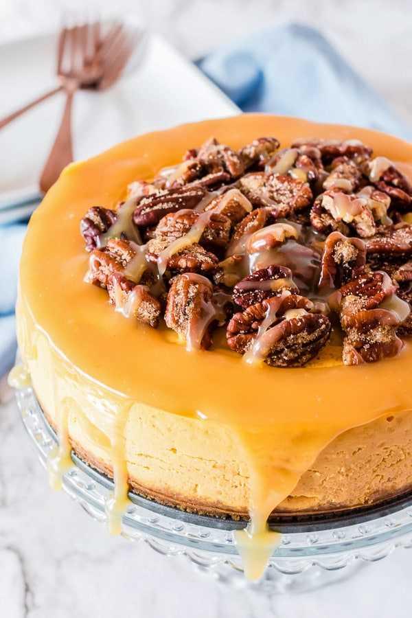 Bolo de queijo com abóbora e nozes e caramelo Vista lateral do pote instantâneo
