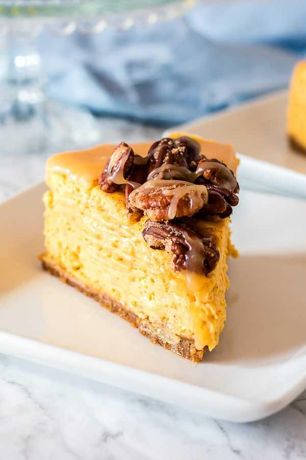 fatia de cheesecake de abóbora com caramelo e nozes carameladas por cima