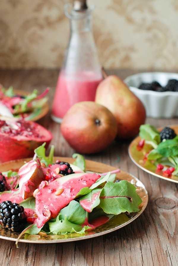 Vista lateral quente de cranberry mel com salada de inverno