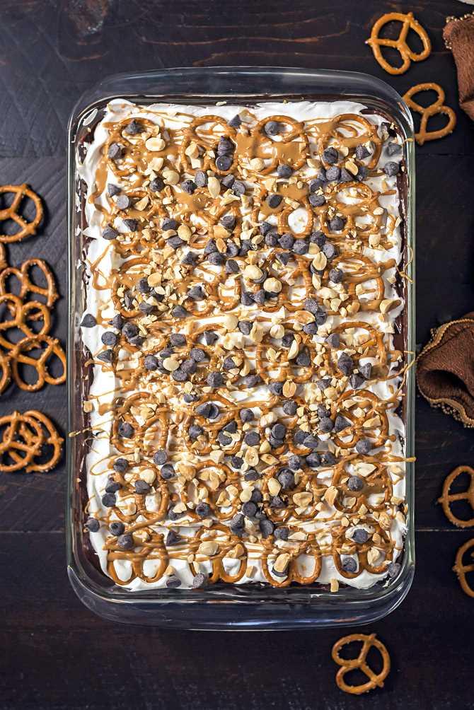 Sobremesa de chocolate com manteiga de amendoim e pretzel. Essa sobremesa fácil de fazer cremoso, com chocolate, doce e salgada é exatamente o que você precisa para servir uma multidão. O | hostthetoast.com