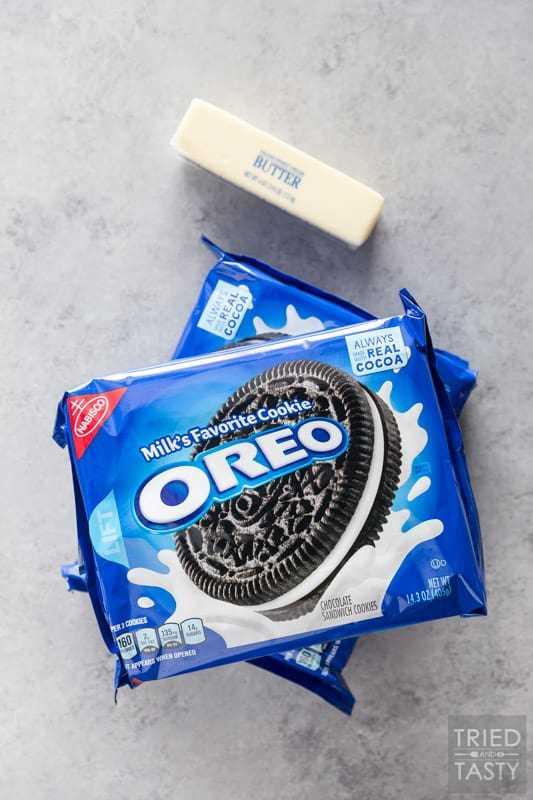 Dois pacotes de biscoitos Oreo e um palito de manteiga no balcão