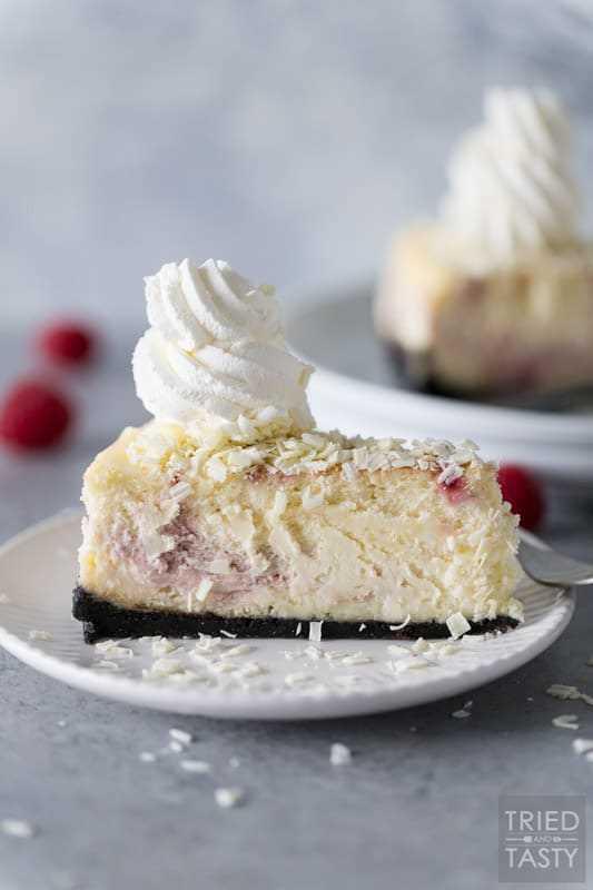 Fatia de Cheesecake Factory Framboesa e Cheesecake de Chocolate Branco Cheesecake em um prato branco