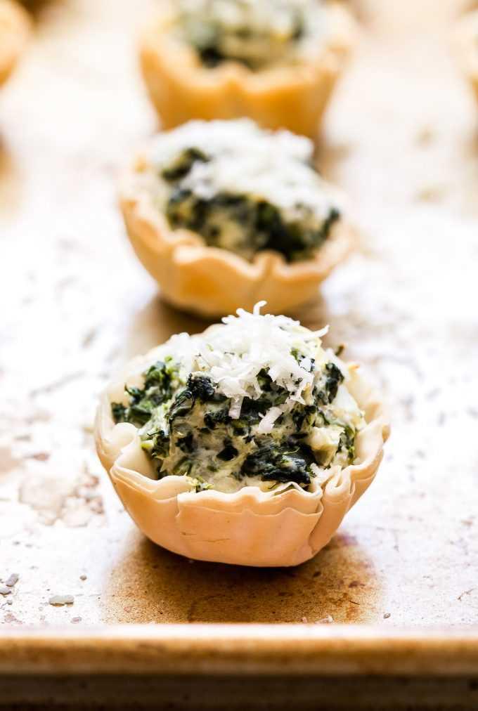 Molho de alcachofra e espinafre em mini conchas de massa folhada com queijo parmesão