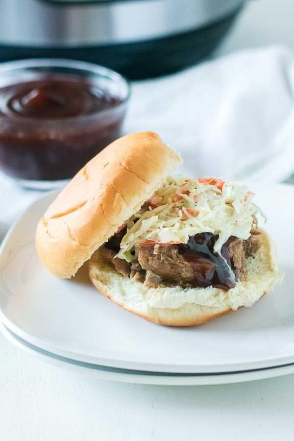 sanduíche de carne de porco desfiada com molho barbecue