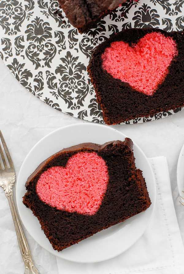 rebanadas de Bizcocho de San Valentín de Hidden Heart en platos