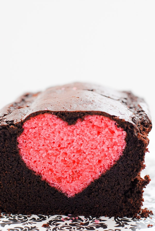 Bizcocho de chocolate con corazón rosa dentro