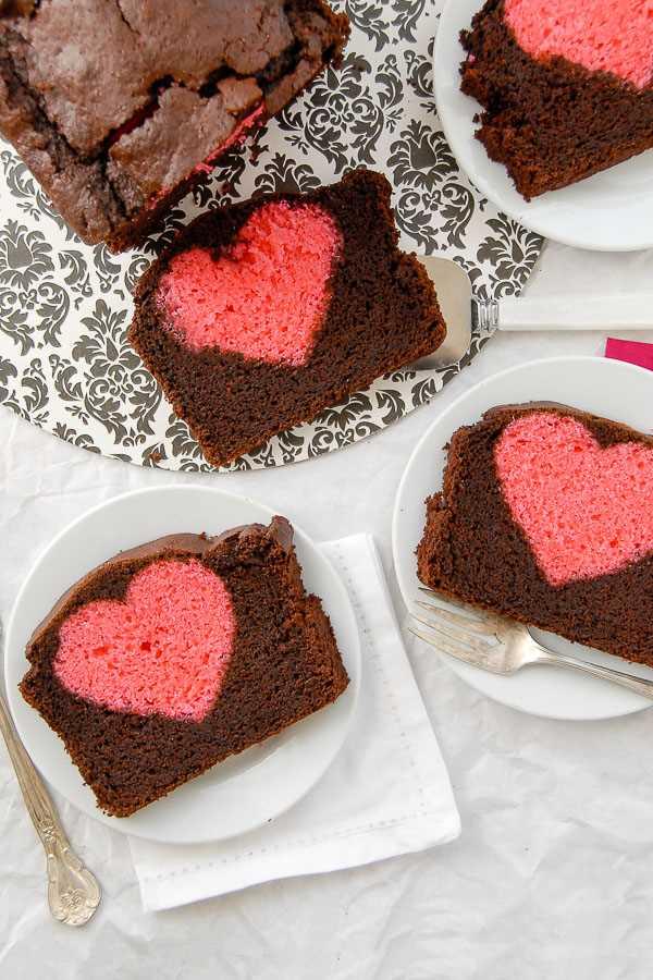 tres rebanadas de pastel sorpresa de San Valentín