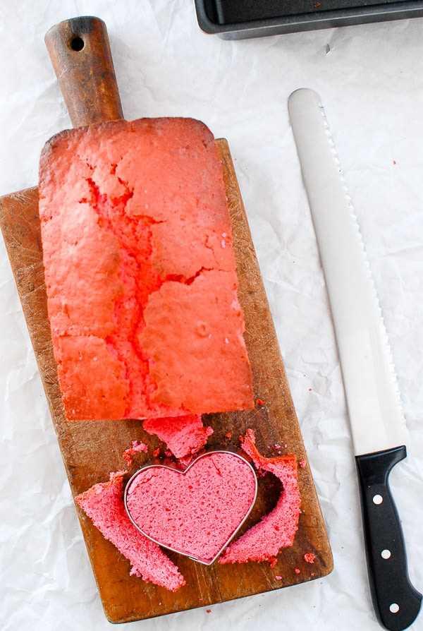 Bizcocho rosa cortando corazones con cortador de galletas