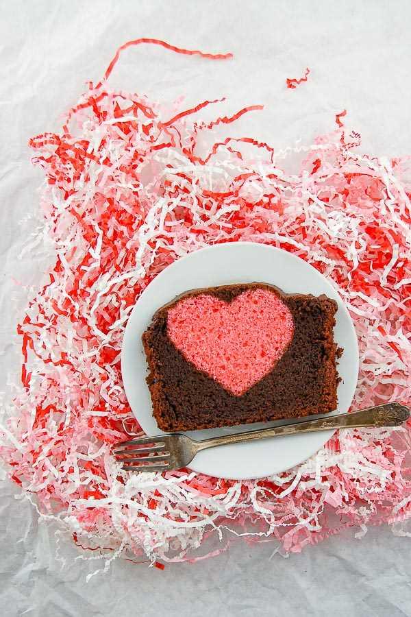 Tarta sorpresa corazón escondido rebanada de pastel