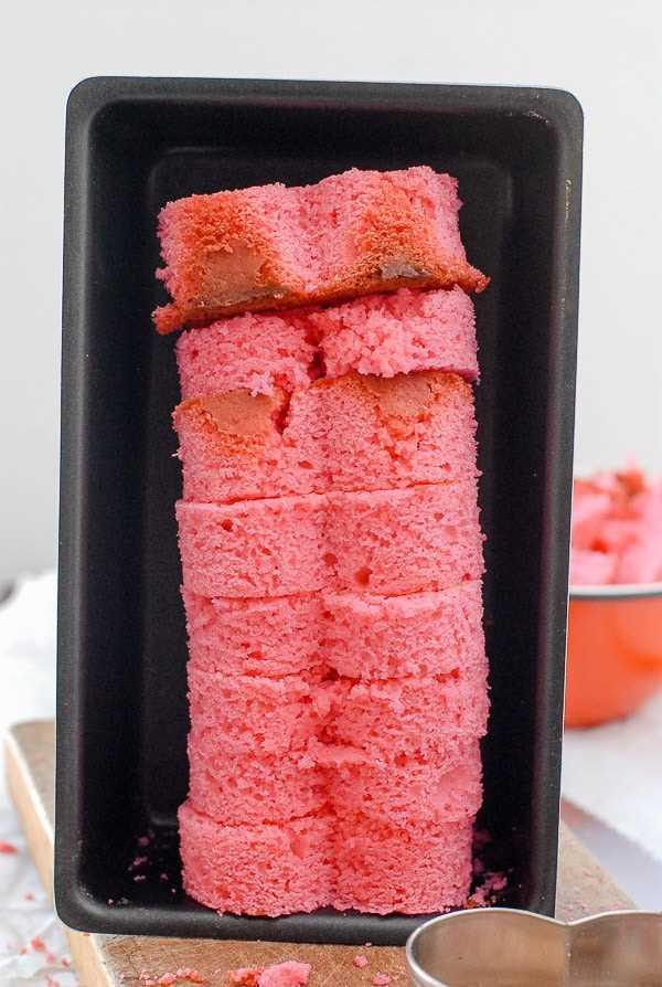 Rosa pastel de corazones en un molde para pan