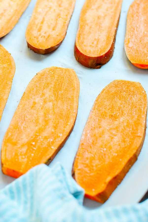 batata doce cortada em uma assadeira