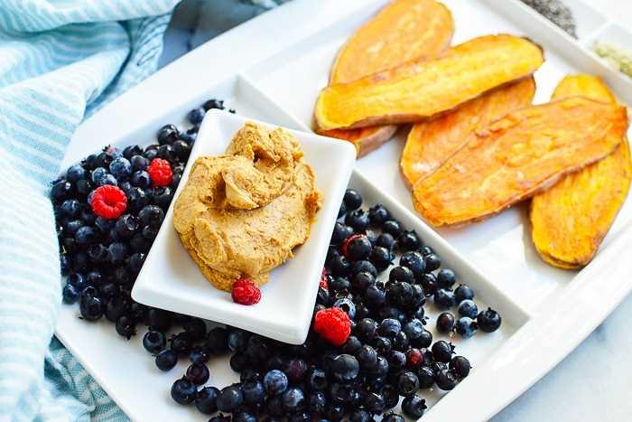 batata-doce fatiada com manteiga de nozes e frutas