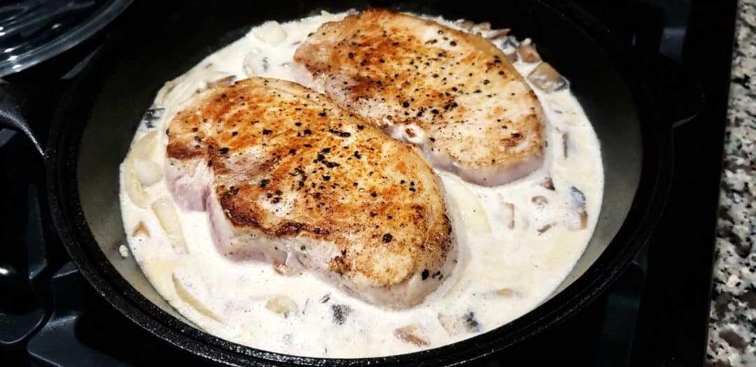 costeletas de porco cozinhar em molho de cogumelos