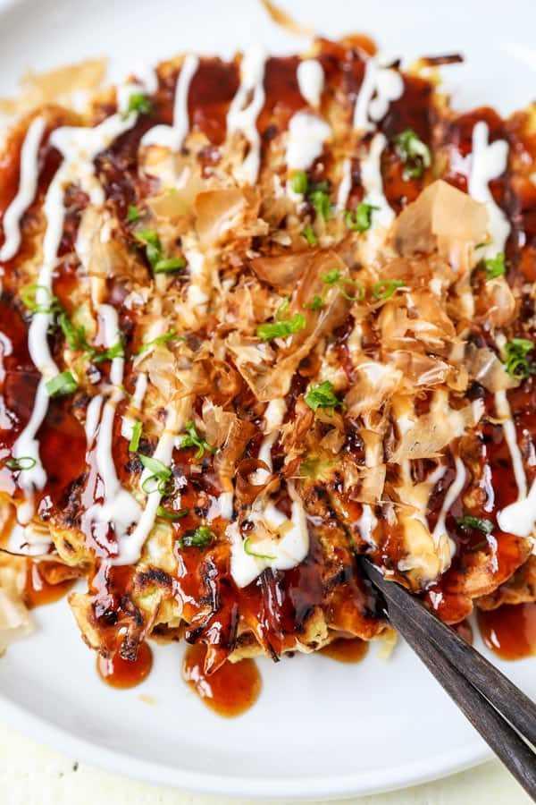 Okonomiyaki, pizza japonesa con mayonesa, salsa okonomi y hojuelas de bonito