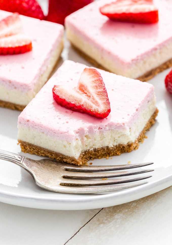As barras de cheesecake de iogurte grego com morango são perfeitas para a primavera! Você nunca suspeitará que essas barras cremosas ricas e em camadas se iluminaram! #cheesecake #greekyogurt # morango # sobremesa # Páscoa