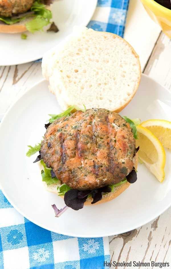 Foto aérea de una hamburguesa de salmón ahumado de heno en un plato blanco
