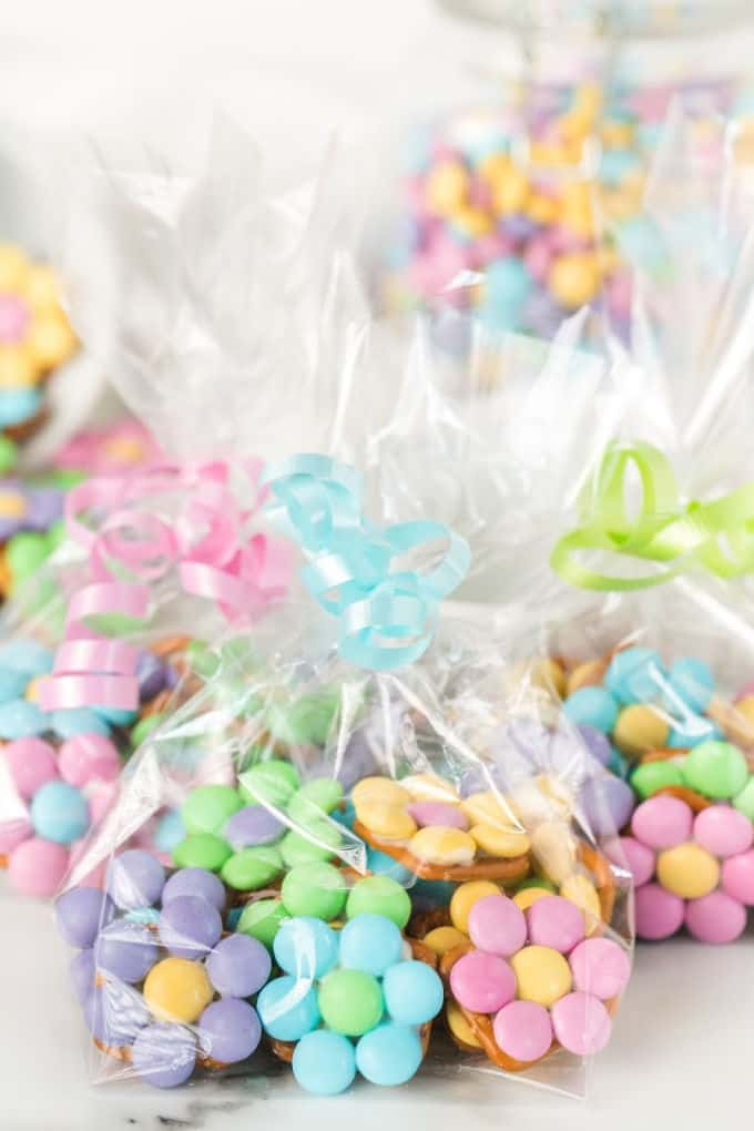 Flower Pretzel Bites en una bolsa de regalo