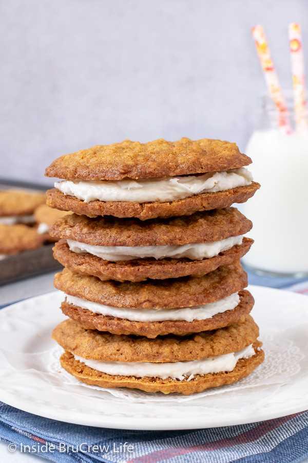 Tartas de crema de avena caseras: galletas suaves de avena masticables con relleno de malvavisco son el aperitivo o postre perfecto. Gran receta para hacer cajas de almuerzo o ventas de pasteles.