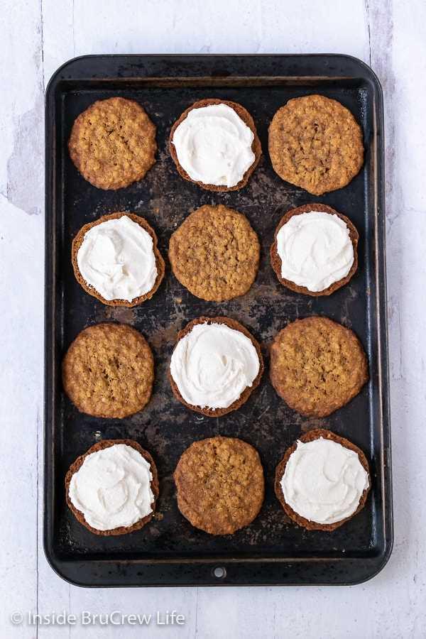 Tartas de crema de avena caseras: el relleno de malvavisco dentro de una galleta suave y masticable es la receta perfecta. Haga esta receta fácil para la venta de postres o pasteles.