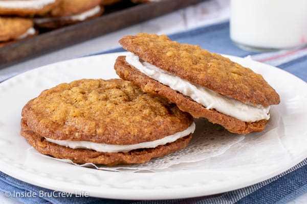 Tartas de crema de avena caseras: ¡el relleno de malvavisco dentro de estas galletas de avena masticables las hace saber mejor que su regalo favorito comprado en la tienda! ¡Gran receta para loncheras o venta de pasteles!