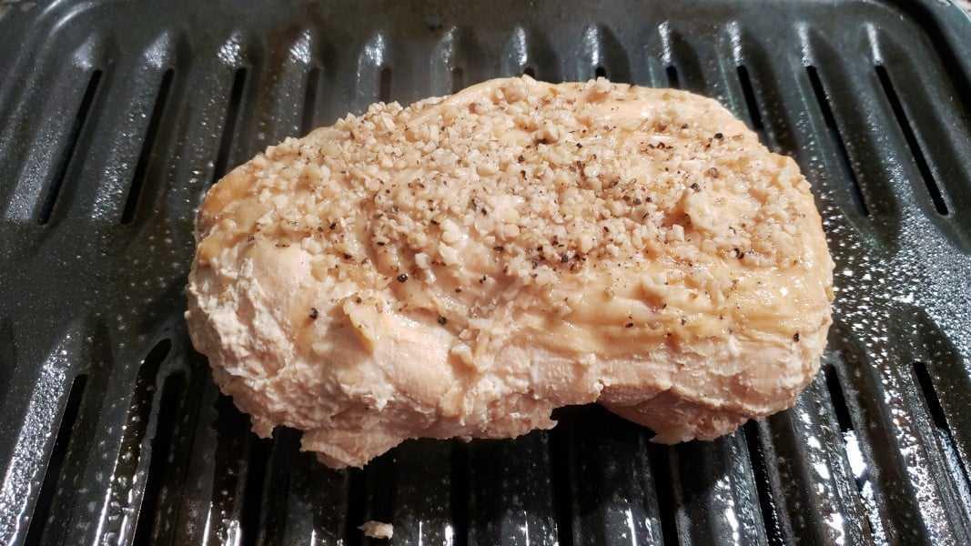 peito de peru desossado cozido em uma assadeira