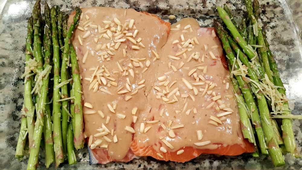 """dois filetes de salmão cobertos de salmão e amêndoas em uma assadeira com aspargos """"srcset ="""" https://cdn1.zonacooks.com/wp-content/uploads/2017/08/Honey-Dijon-Almond-Salmon-and- Receita de espargos -4.jpg 1000w, https://cdn1.zonacooks.com/wp-content/uploads/2017/08/Honey-Dijon-Almond-Salmon-and-Asparagus-Recipe-4-500x282.jpg 500w """" tamanhos = """"(largura máxima: 1000 px) 100vw, 1000 px"""
