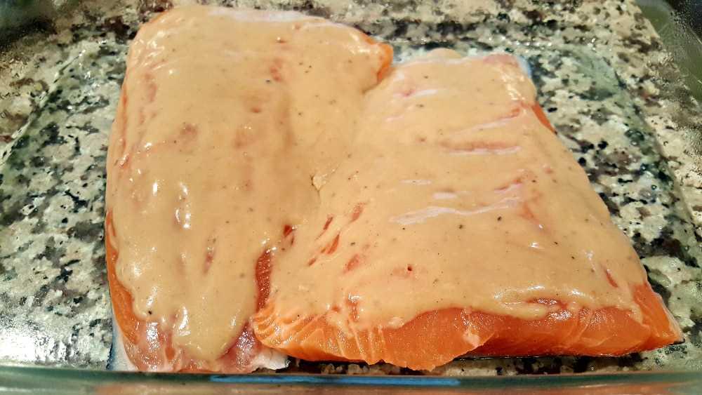"""dois filetes de salmão em uma assadeira com molho """"srcset ="""" https://cdn1.zonacooks.com/wp-content/uploads/2017/08/Honey-Dijon-Almond-Salmon-and-Asparagus-Recipe-2 . jpg 1000w, https://cdn1.zonacooks.com/wp-content/uploads/2017/08/Honey-Dijon-Almond-Salmon-and-Asparagus-Recipe-2-500x282.jpg 500w """"tamanhos ="""" (máx. largura: 1000 px) 100 vw, 1000 px"""